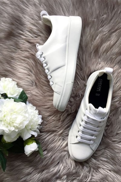 Methods to keep white shoes maintain the color
